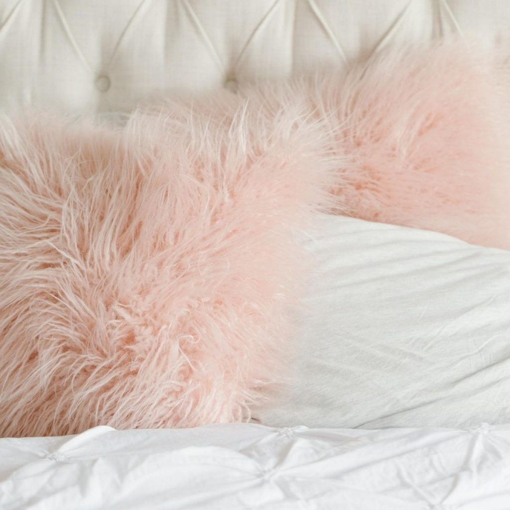white bed pink pillows