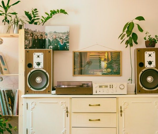 6 Ways To Make Your Home Look Artsy (Without All Of The Clutter)