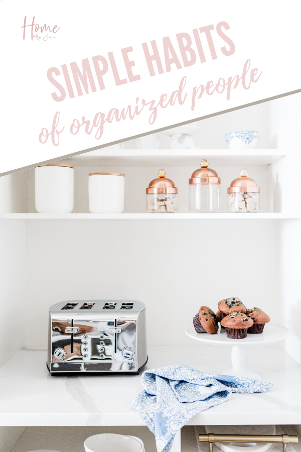 Become more organized around the house and in your day to day life with these organizing tips. Learn what habits organized people have in common to stay organized. via @homebyjenn